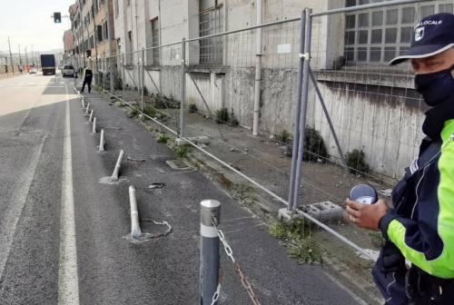 Come a bowling, ma per strada: lo strike di paletti gli costa una doppia sanzione
