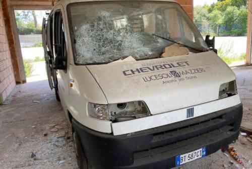 Vandali devastano il pulmino dell'Atletica Osimo
