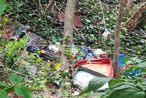 Fano, rifiuti abbandonati nella campagna. La segnalazione di una lettrice: «Ho contattato più volte l'Aset senza ottenere nulla»
