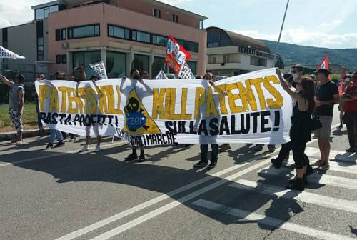 Protesta dei Centri Sociali delle Marche alla Pfizer di Ascoli: «Abolire i brevetti sui vaccini»