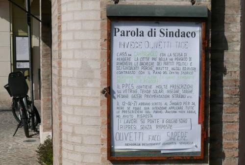 Dal centro storico di Senigallia spariscono altre bacheche informative, è polemica