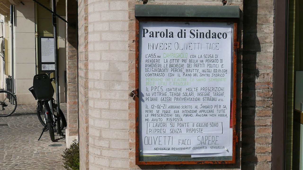 Dal centro storico di Senigallia spariscono altre bacheche informative di partiti e sigle sindacali, Rifondazione Comunista è critica su tale scelta