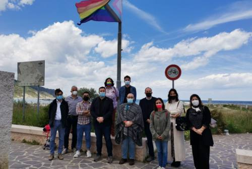 Pesaro e Fano e i messaggi contro l'omofobia. Sventola la bandiera Lgbt in Baia Flaminia