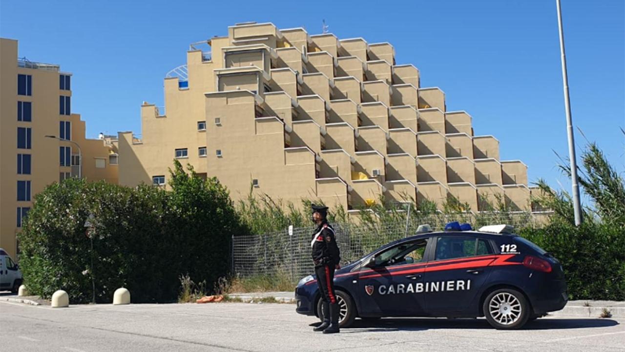 Invasione di edificio e danneggiamento al complesso residenziale Le Piramidi al Cesano di Senigallia: seconda denuncia in due giorni per un 26enne fermato dai carabinieri