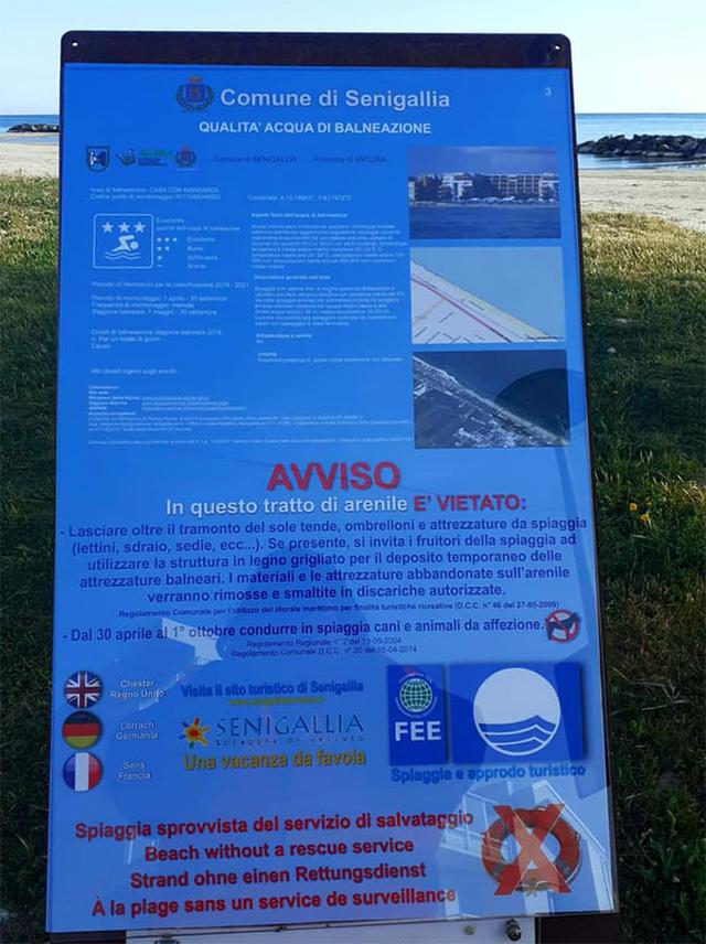 I cartelli informativi sulla spiaggia di velluto di Senigallia