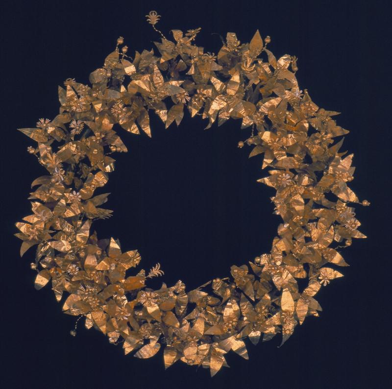 Una delle corone di Montefortino di Arcevia in mostra alle scuderie del Quirinale. Foto tratta da beniculturali.marche.it