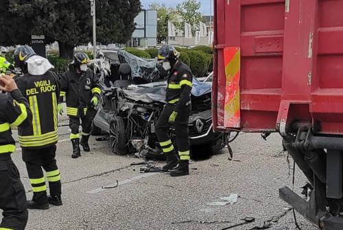 Grave incidente alla Baraccola di Ancona, auto finisce contro un tir – FOTO