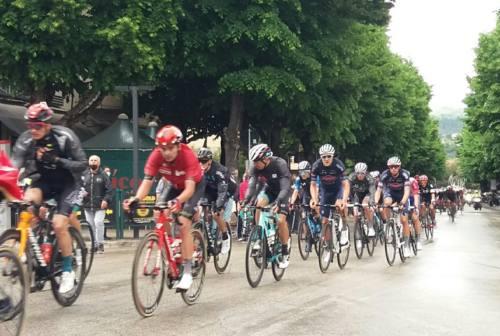 Giro d'Italia, entusiasmo ad Ascoli per il passaggio della carovana rosa. Vince la tappa lo svizzero Mader