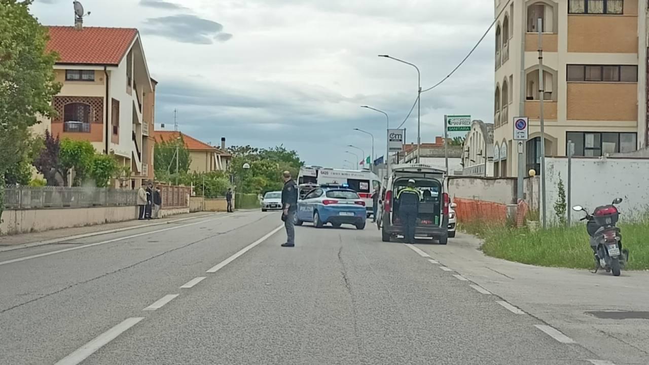 I soccorsi nel luogo dell'incidente tra auto e moto a Senigallia, lungo la statale Adriatica nord