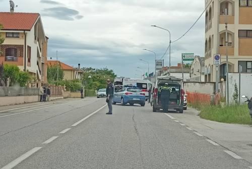 Incidente tra auto e moto, centauro a terra lungo la statale 16 a Senigallia