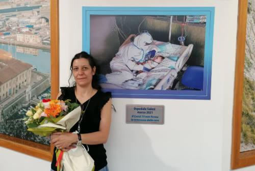 Infermiera coccola il bambino positivo, targa commemorativa all'ospedale Torrette di Ancona: «Il Covid 19 non ferma la tenerezza delle cure»