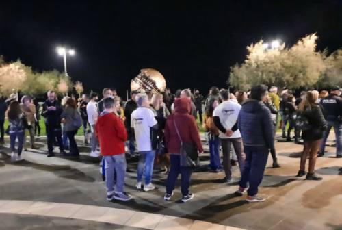 Pesaro, manifestazione contro il coprifuoco alla Palla di Pomodoro, tutti multati