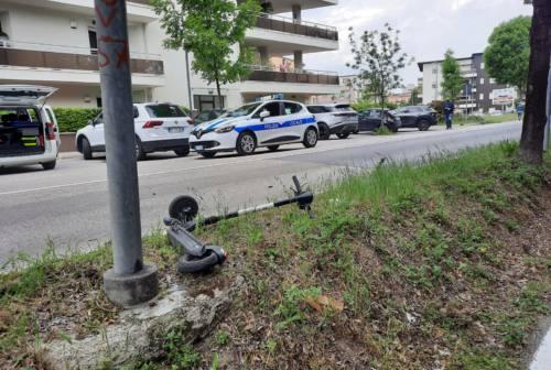 Pesaro, scontro tra moto e monopattino: due feriti in ospedale