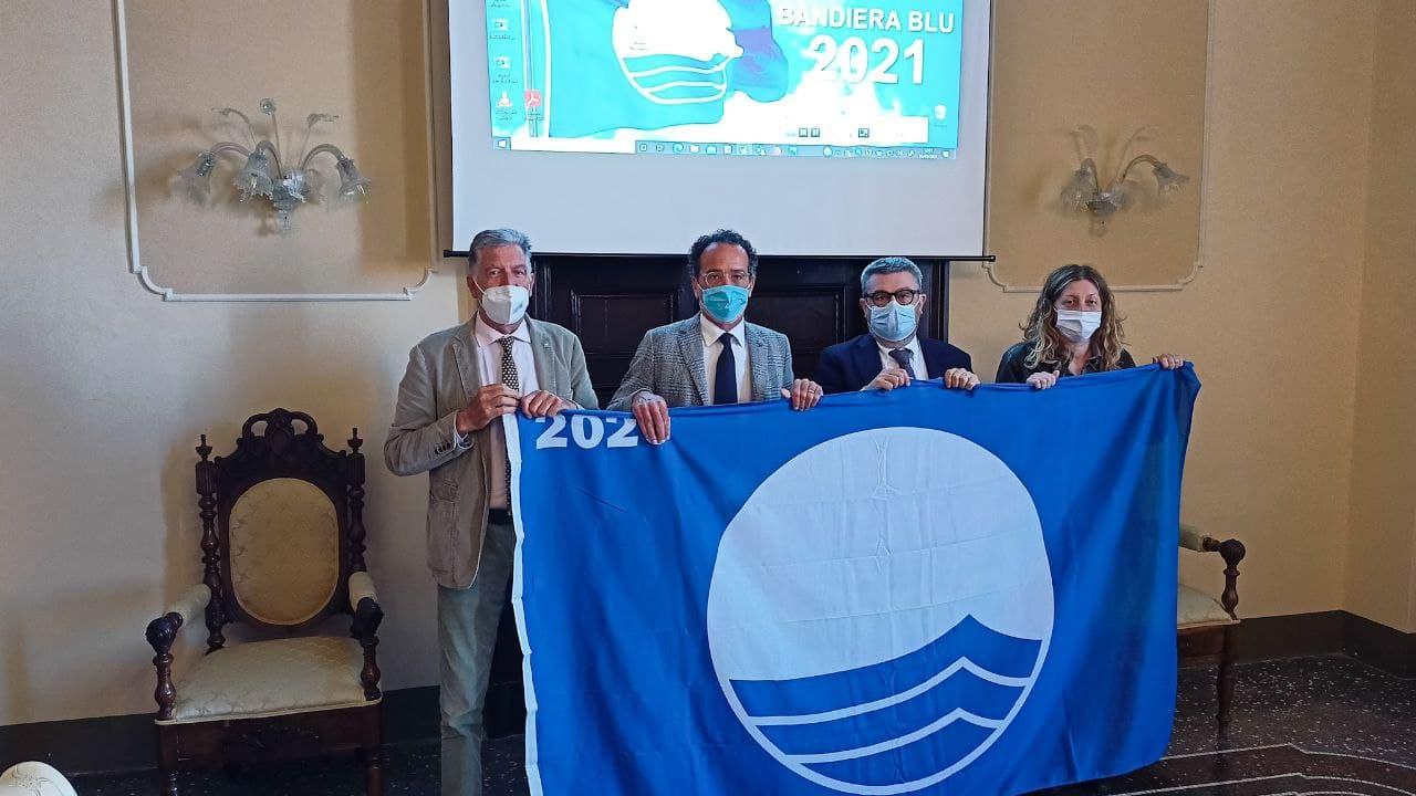 Da sinistra Camillo Nardini, Riccardo Pizzi, Massimo Olivetti ed Elena Campagnolo con la bandiera blu 2021 per la spiaggia di velluto e per il porto Della Rovere