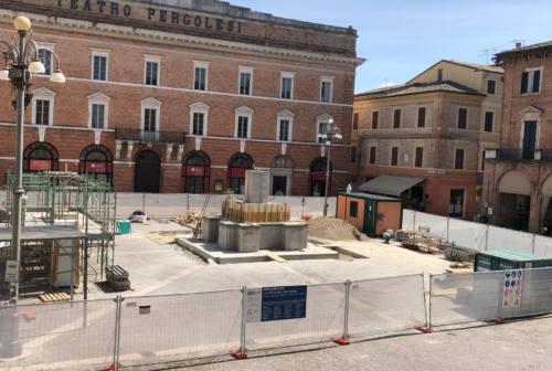 """Jesi, la fontana dei Leoni """"rinasce"""" in piazza della Repubblica. Quasi 1300 le firme contrarie"""
