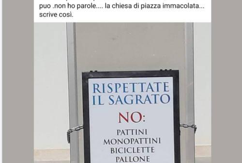 """""""No ai giochi e ai pernottamenti"""". Il cartello di don Nino davanti alla sua chiesa di Ascoli"""