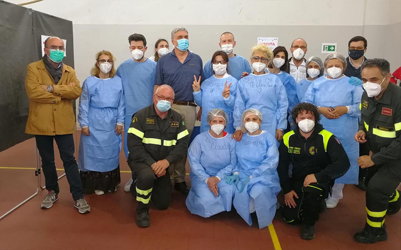 Guido Silvestri in visita all'hub vaccinale presso il distaccamento dei vigili del fuoco di Senigallia