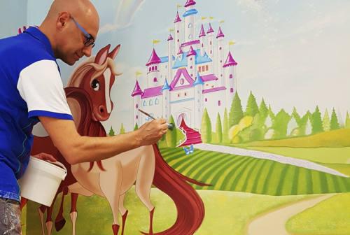 L'artista Silvio Irilli all'opera per il sorriso dei bimbi dell'asilo nido di Visso