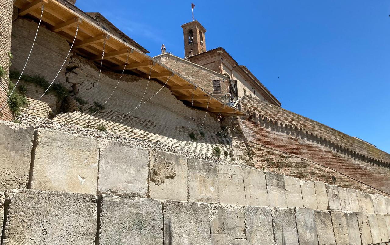 Le storiche mura di Corinaldo crollate a inizio 2021