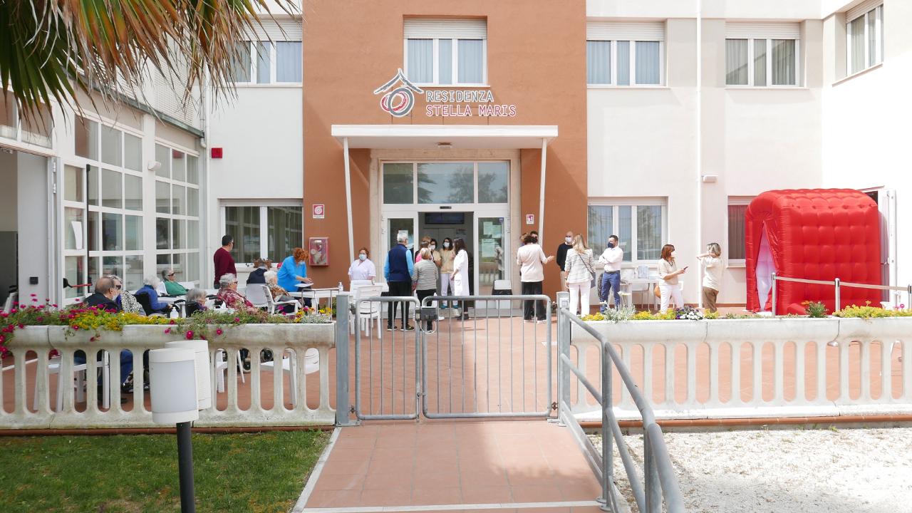 Inaugurata alla residenza protetta per anziani Stella Maris di Senigallia la stanza degli abbracci