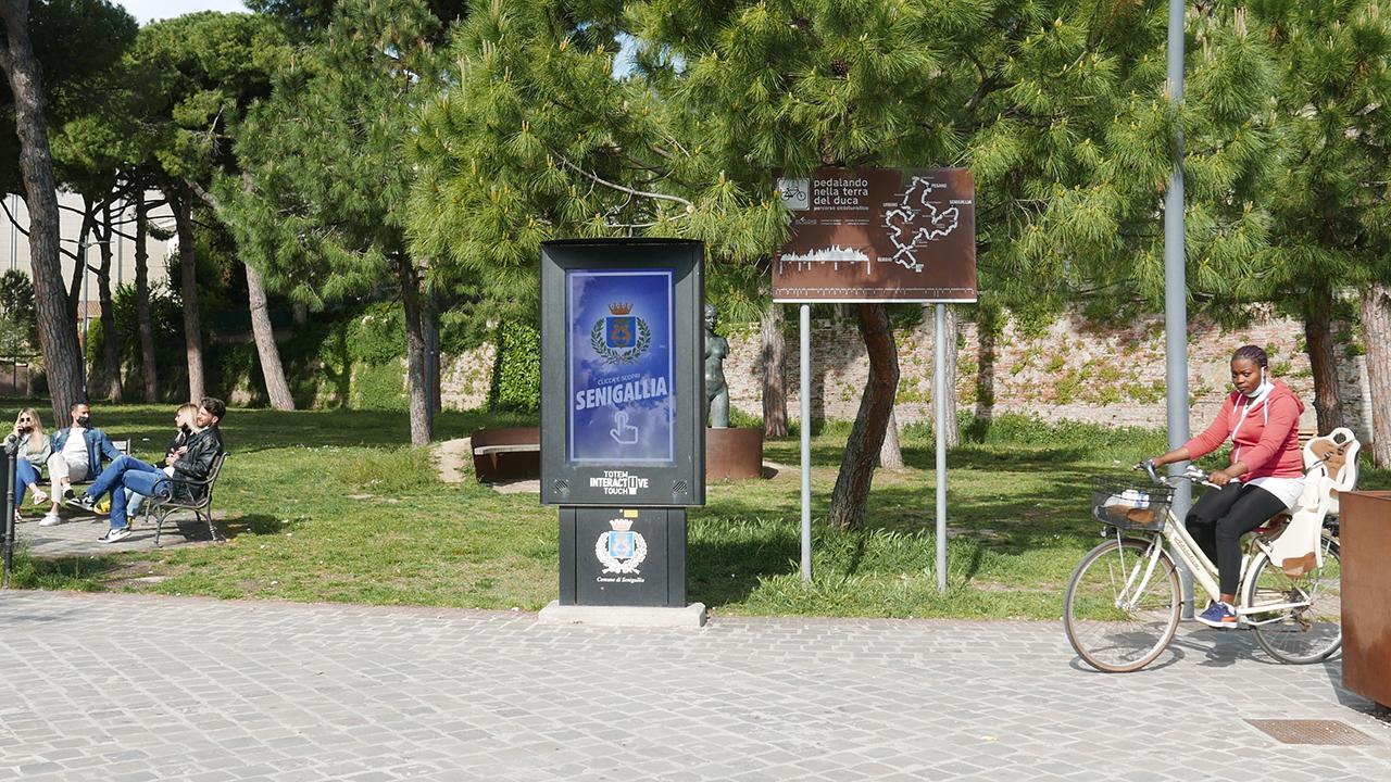 Il totem digitale situato davanti ai giardini Catalani a Senigallia per compensare la rimozione delle bacheche informative