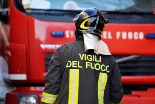 Cadono le candele accese, scoppia l'incendio in un'abitazione del centro storico di Senigallia