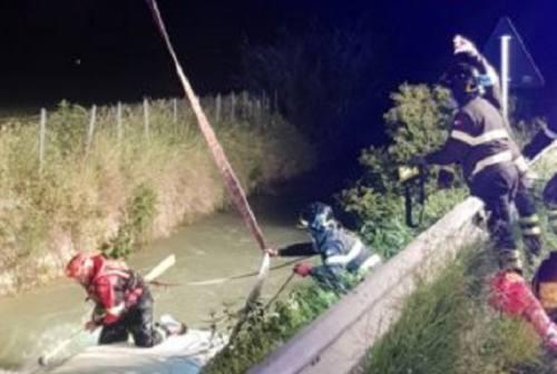 Corridonia, sbandano con l'auto e finiscono in un canale. Feriti due giovani