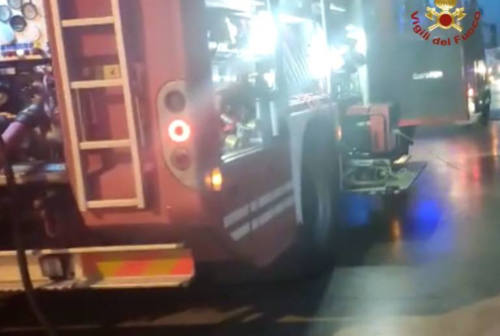Ascoli, all'alba scoppia un incendio in fabbrica: intervengono i vigili del fuoco