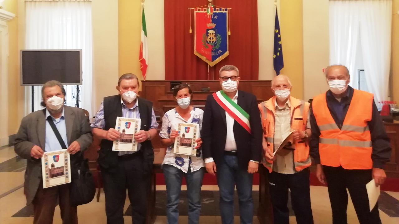 Attestato di benemerenza ai nonni vigili che aiutano gli alunni di Senigallia all'entrata e all'uscita della scuola