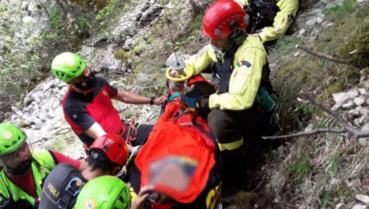 L'escursionista 69enne finita in un dirupo per 50 metri