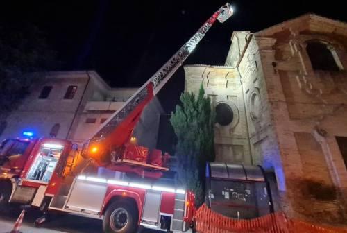 Danni al tetto della chiesa della Misericordia di Osimo: arrivano i vigili del fuoco