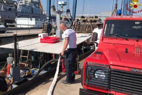 Civitanova, vongolara imbarca acqua a due miglia dalla costa