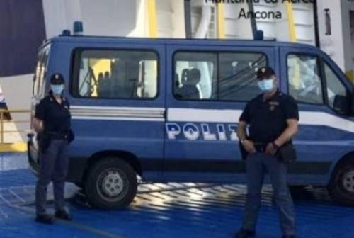 Viaggiavano chiusi in un camion frigorifero, salvati due clandestini al porto di Ancona