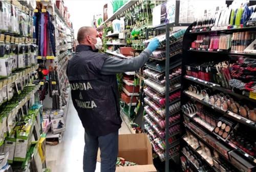 Macerata, abusivismo commerciale: controlli a tappeto della Guardia di finanza. Sequestrati oltre 5.000 articoli