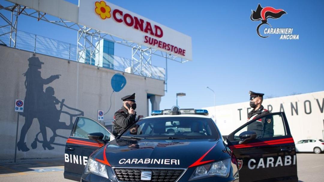 I carabinieri di Senigallia davanti al centro commerciale Il Molino