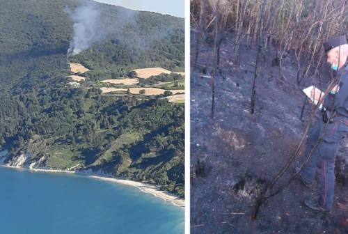 Fiamme sul Conero, un altro incendio lambisce la baia di Portonovo
