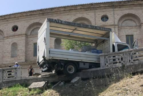 Macerata: furgone si sfrena, sfonda la balaustra del marciapiede e resta in bilico sulla scarpata