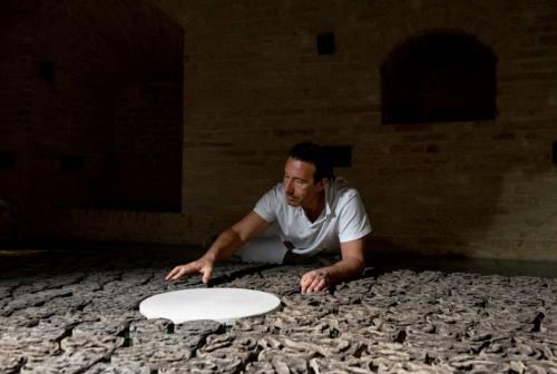 L'artista Massimiliano Orlandoni all'opera per la Giornata mondiale contro la desertificazione