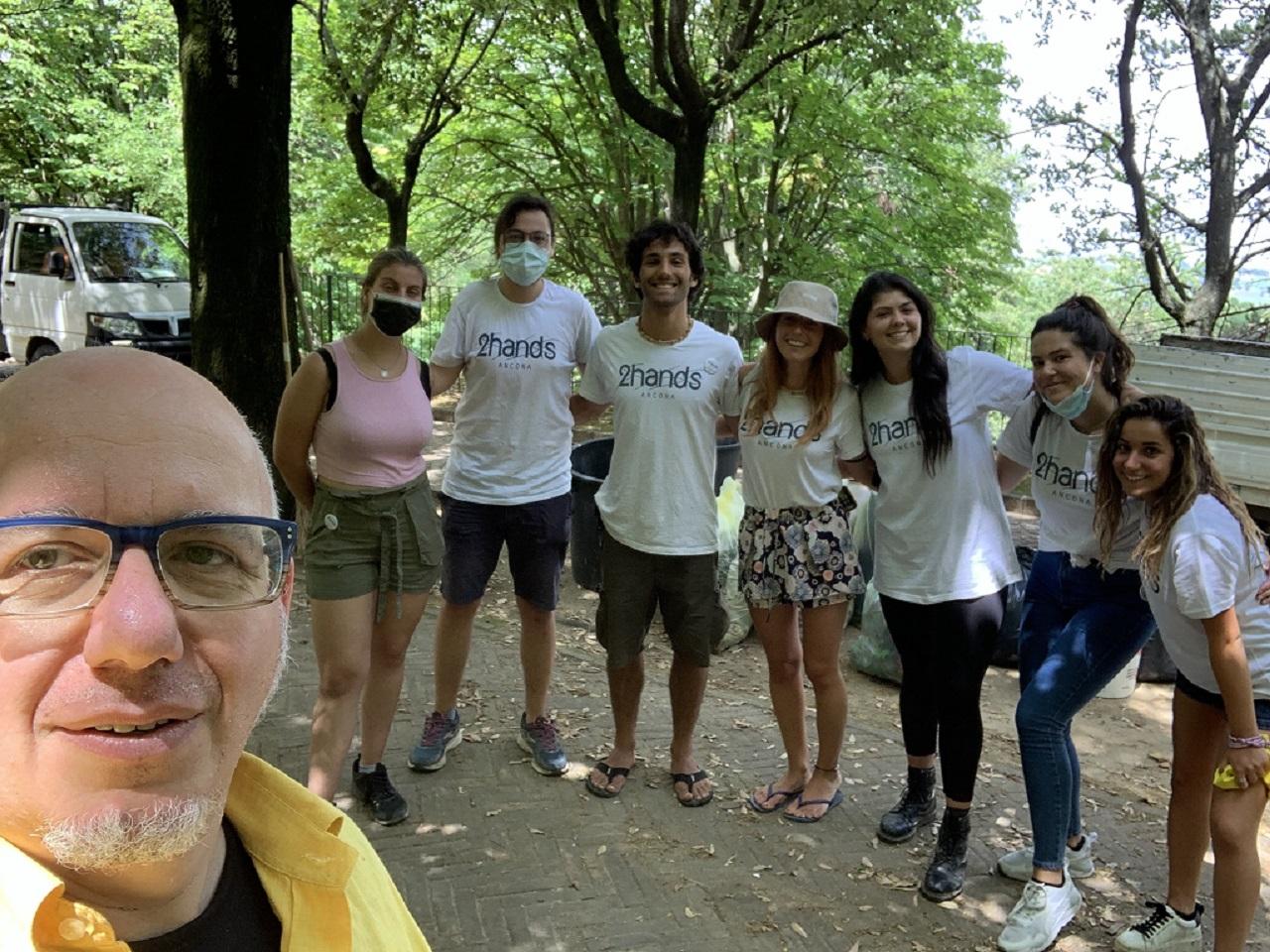 Cristian Tava con i volontari dopo aver ripulito Offagna