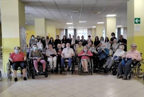 Covid, i nonnini della Residenza dorica ricevono la visita dell'arcivescovo Dal Cin
