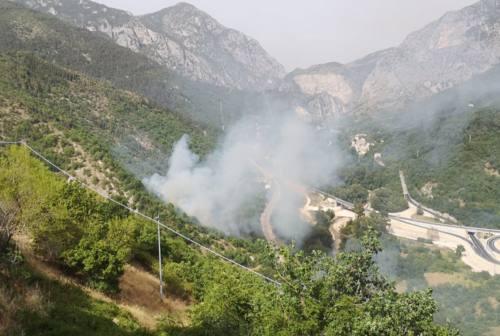 Incendio a Genga a causa delle scintille dei freni dei treni: bosco in fiamme e circolazione ferroviaria in tilt