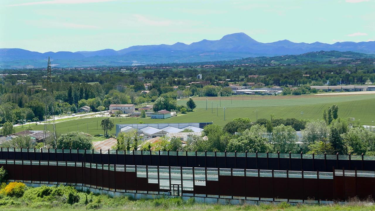 A sinistra l'incrocio tra via Brecciata e la provinciale Sirolo Senigallia: lì verrà realizzata una rotatoria per il collegamento con via S.Arco e Honorati: la bretella di Montemarciano