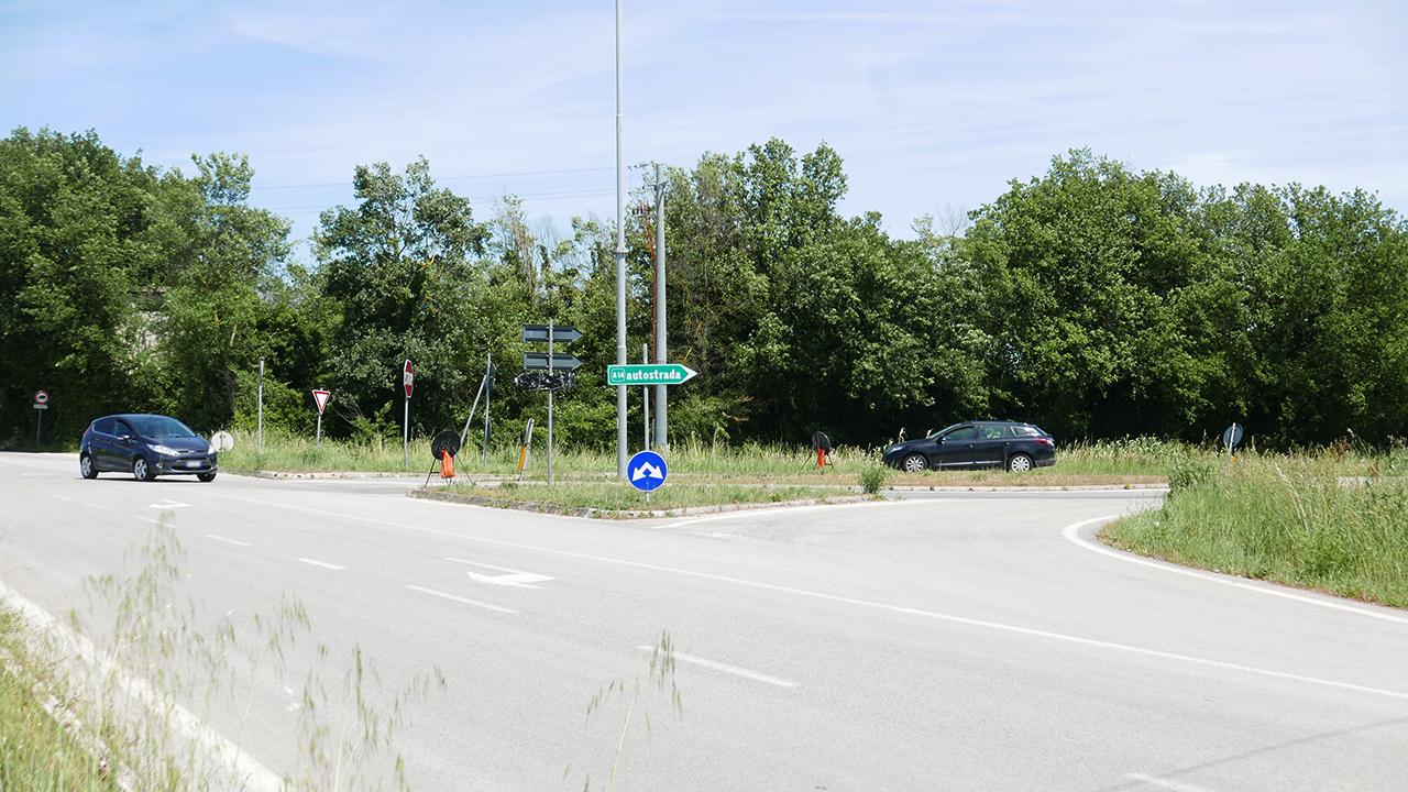 L'incrocio tra via Brecciata e la provinciale Sirolo Senigallia dove verrà realizzata una rotatoria di collegamento con la bretella di Montemarciano
