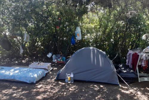 Falconara, campeggio abusivo nella spiaggia di Villanova con tanto di materasso e stendino: scatta la sanzione