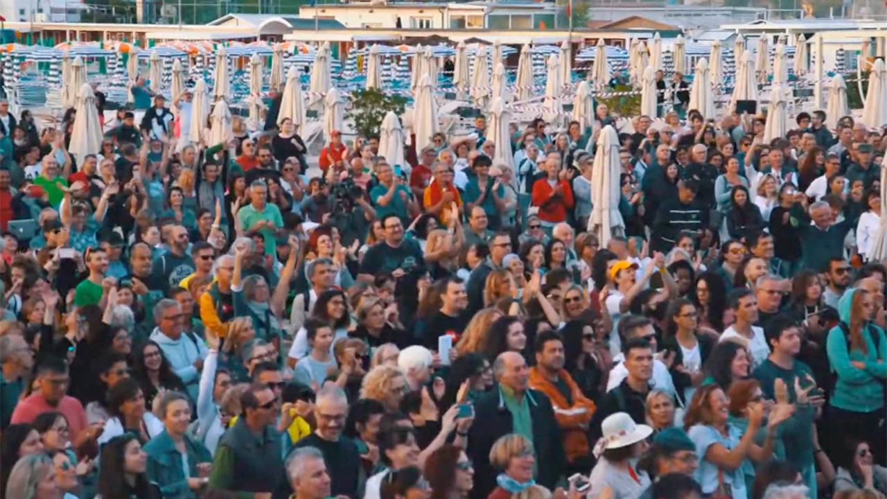 Il pubblico di uno dei vari concerti all'alba ospitati a Senigallia per il CaterRaduno