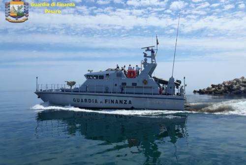 Pesaro, la nave della Guardia di Finanza contro i traffici illeciti