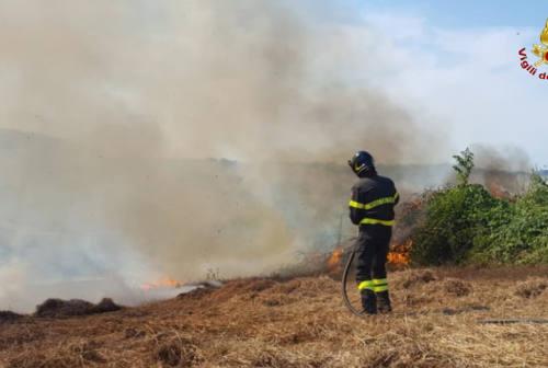 Due incendi di sterpaglie a Filottrano e Mazzangrugno: pericolo per le auto e per un impianto fotovoltaico