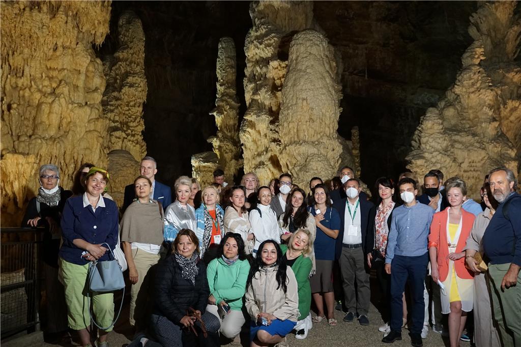 Operatori russi alle Grotte di Frasassi