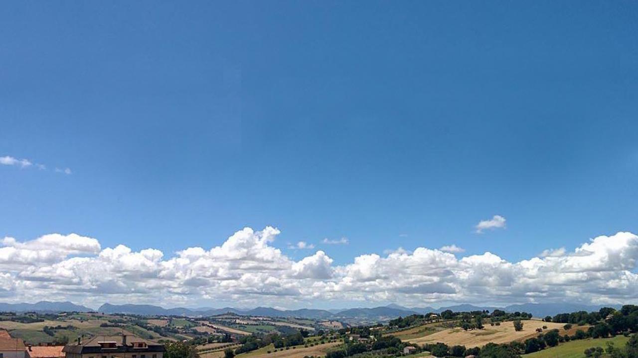 Il panorama collinare e montano delle Marche visto da Trecastelli