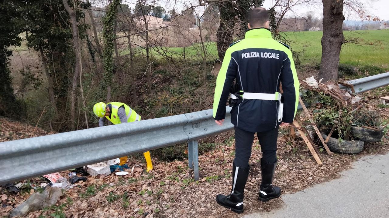 Le operazioni di pulizia e ripristino del decoro nelle zone interessate dall'abbandono illecito di rifiuti